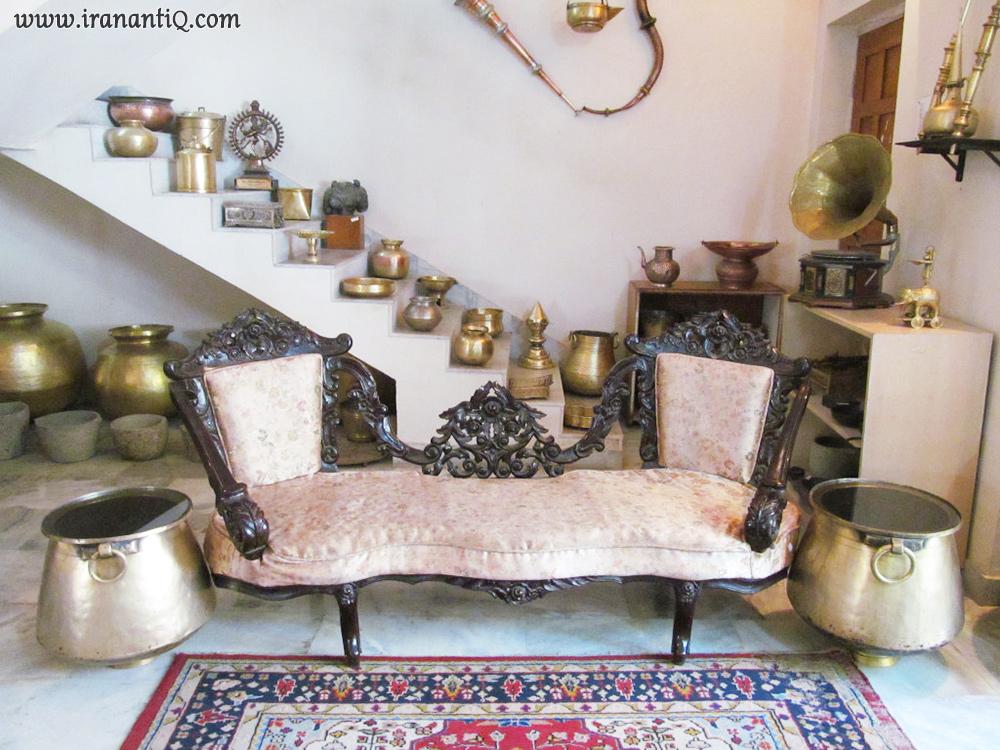 اتاقی مملو از اجناس آنتیک