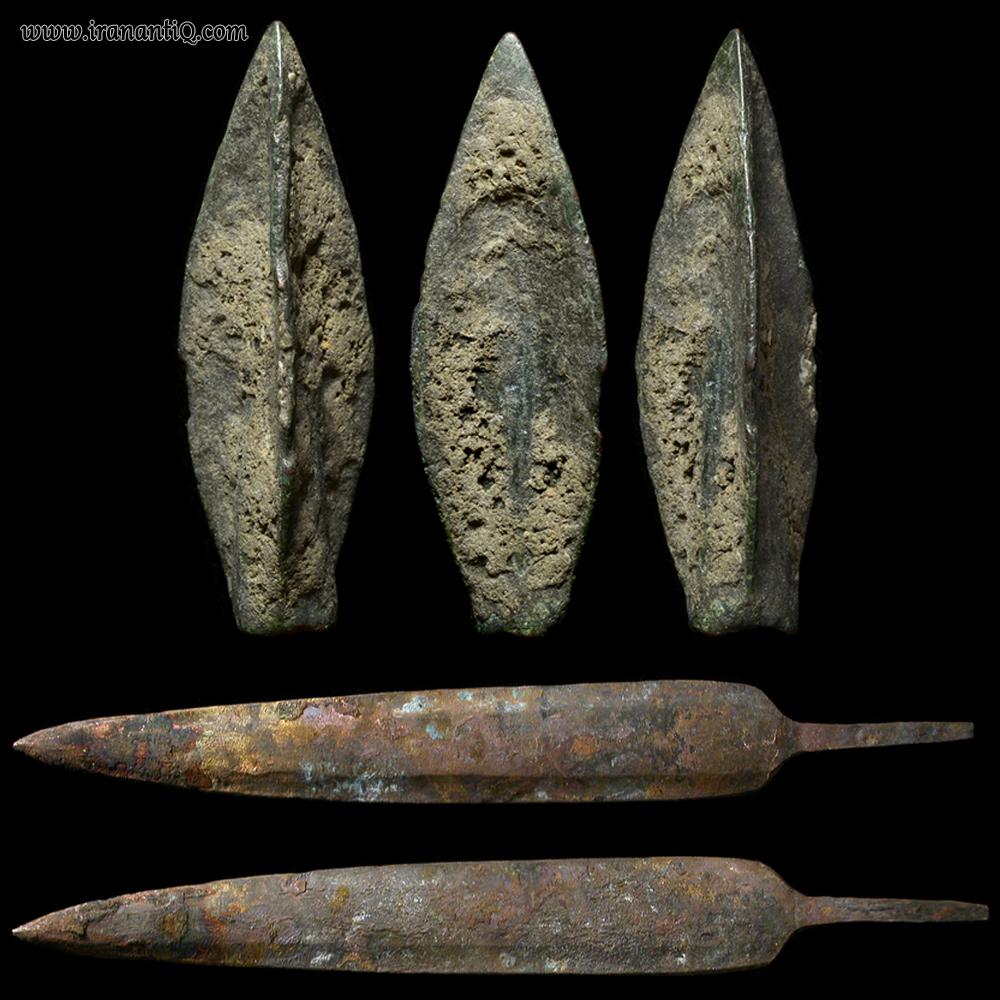 سرنیزه های برنزی که در بالا به نمایش درآمدند قدمتی در حدود 6-4 قرن ق.م دارند و سرنیزه های پایین قدمتی در حدود 1200 - 800 ق.م دارند.