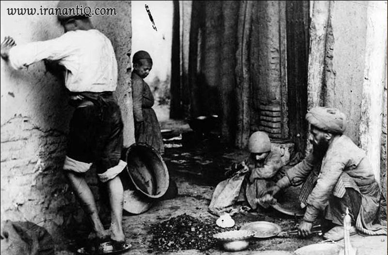مسگران در کارگاه مسگری در دوره قاجار