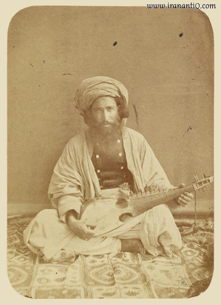 عکسی قدیمی از نوازنده افغانی ساز رباب