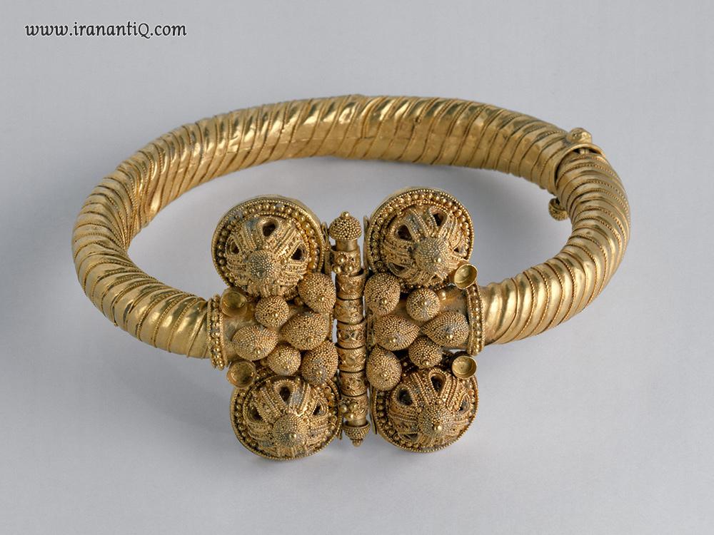 دستبند طلا ، مربوط به قرن یازدهم میلادی ( احتمالا مربوط به دوره سلجوقی) ، محل نگهداری : موزه متروپولیتن